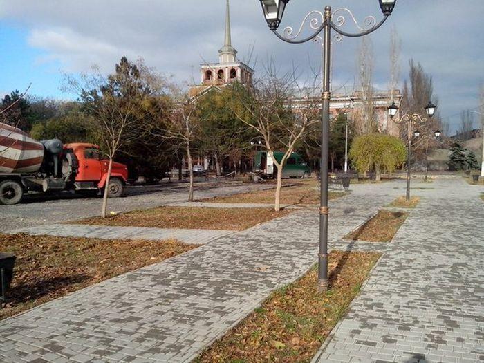 В Николаеве бетономешалка проехала по пешеходным дорожкам в Пролетарском сквере (3 фото)