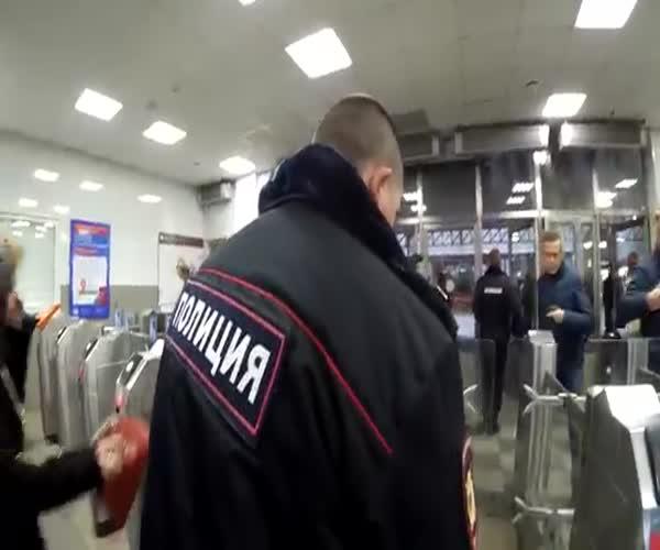 Как легко и просто миновать турникеты в метро