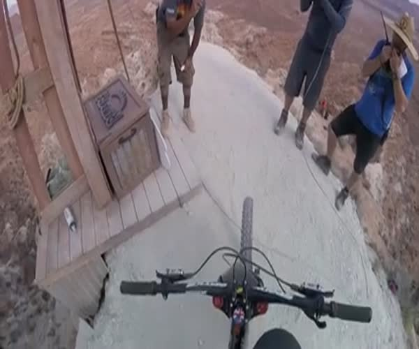 Экстремальный спуск с горы на велосипеде