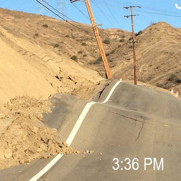 В районе разлома Сан-Андреас спонтанный оползень разрушил дорогу (5 фото)