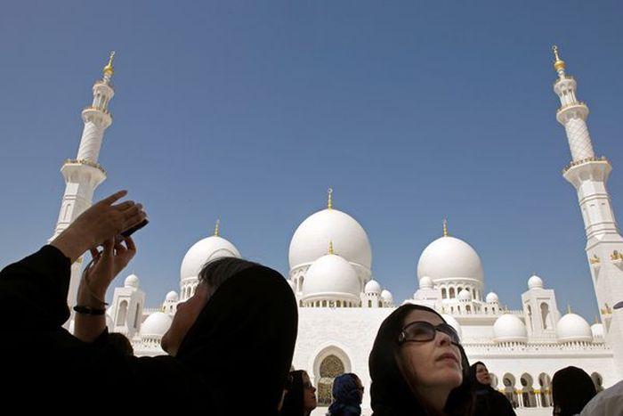 Запретительные обозначения у входа в мечети Абу-Даби (2 фото)