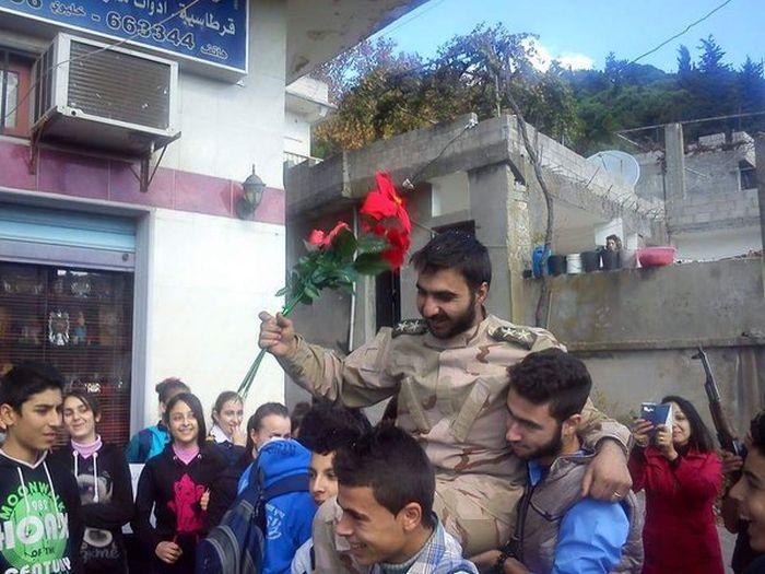 Объявленный погибшим лейтенант сирийской армии вернулся домой и стал национальным героем (2 фото)