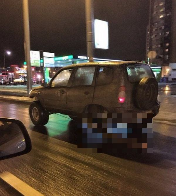 В Санкт-Петербурге вместо одного из колес автомобиля водитель использовал бревно (3 фото)