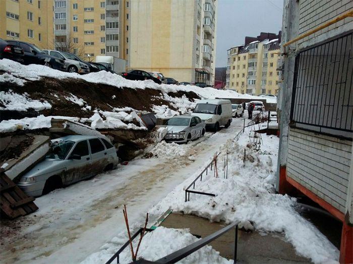 В Саратове подпорная стена рухнула на припаркованные под ней автомобили (11 фото)