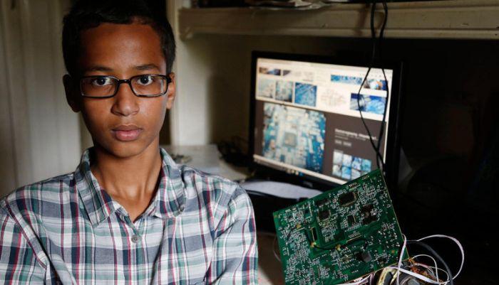 Американский школьник, арестованный за самодельные часы, напоминающие бомбу, требует компенсацию в 15 млн долларов (3 фото)