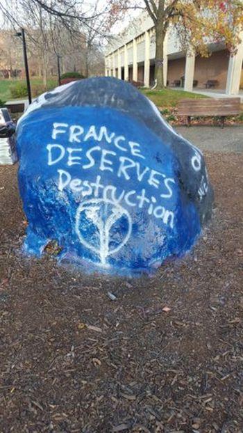 В американском университете неизвестные устроили пропаганду ИГИЛ на гранитном монументе (3 фото)