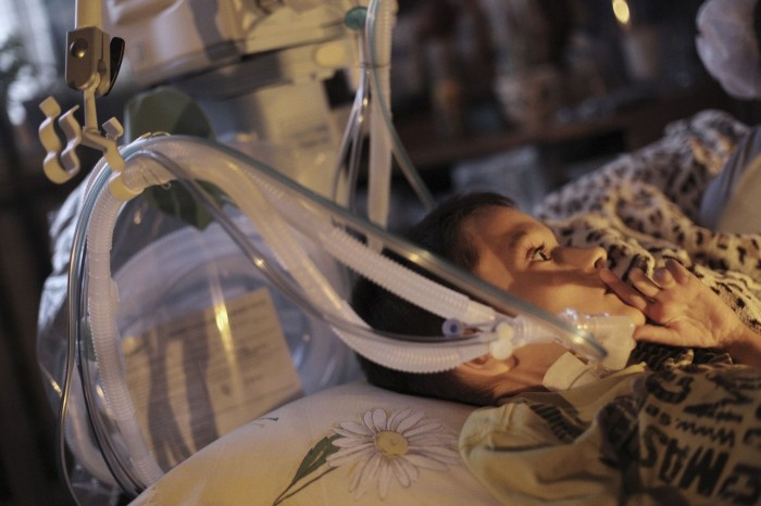 В оставшемся без света Севастополе родители борются за жизнь мальчика, подключенного к аппарату искусственного дыхания (4 фото)