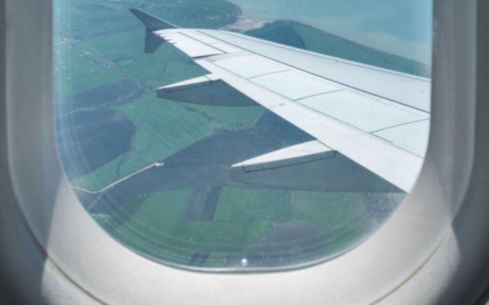 Простое, но очень эффективное средство безопасности в самолете (4 фото)
