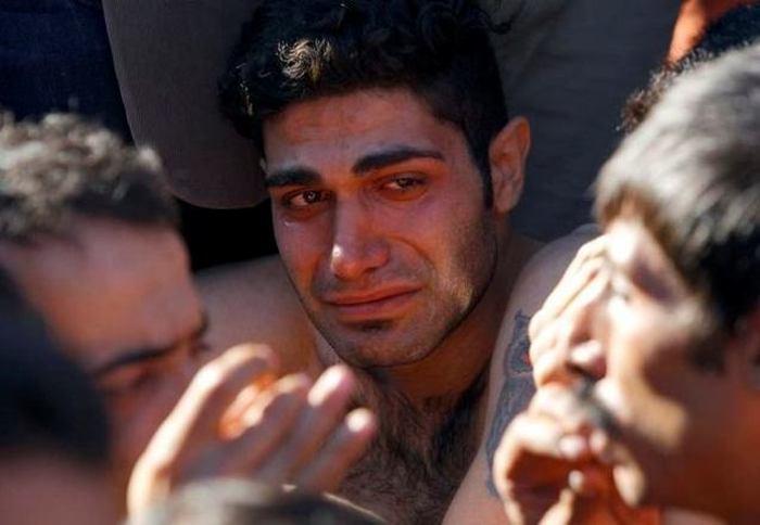 Иранские мигранты, которых не пустили в Македонию, в знак протеста зашили себе рты (6 фото)