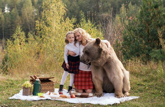 Фотосет пикника с медведем шокировал зарубежные СМИ и пользователей сети (16 фото + видео)