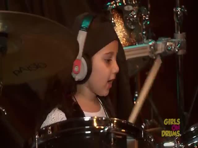 5-летняя девочка отлично играет на ударных