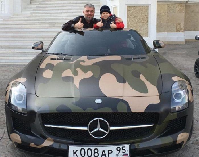 8-летнему сыну Рамзана Кадырова Адаму на День рождения подарили спорткар Mercedes-Benz SLS AMG (2 фото)