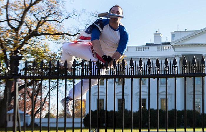 В Вашингтоне задержали хулигана, перелезшего через забор Белого дома (5 фото + видео)
