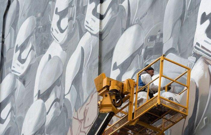 На стене одного из московских домов появилось граффити с имперскими штурмовиками из «Звёздных войн» (4 фото)