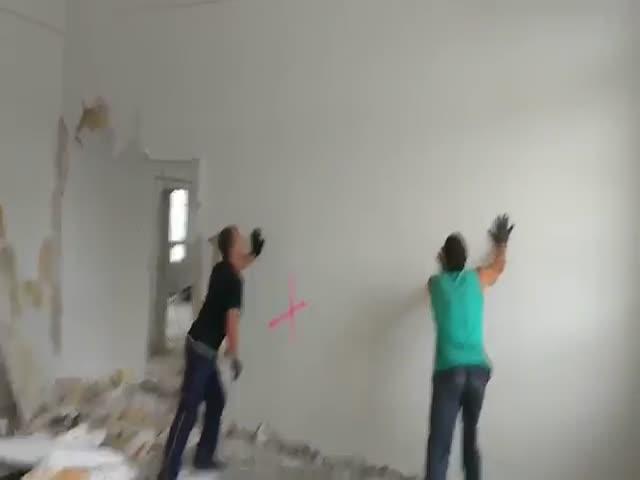 Демонтаж стены голыми руками