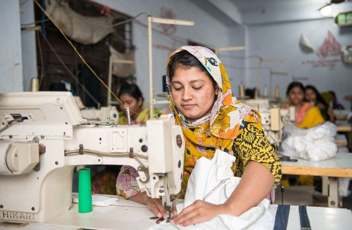 Тяжелый труд юных работников нелегальной фабрики в Бангладеше (13 фото)