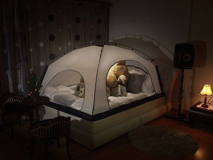 Для экономии тепла американцы предлагают ставить поверх кроватей палатки (6 фото)