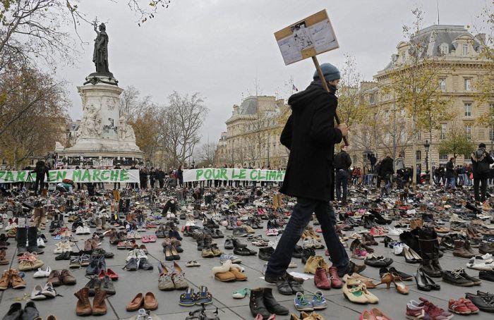 Климатический марш в Париже и тысячи пар обуви на площади Республики (11 фото)