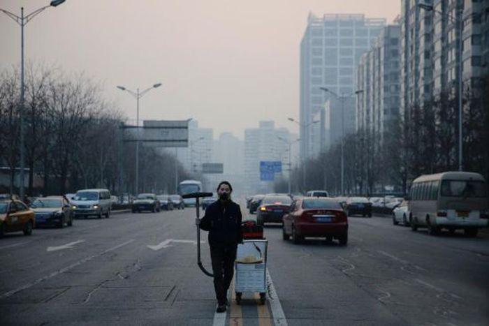 Чтобы привлечь внимание к проблеме экологии китаец создал «кирпич» из смога (4 фото)