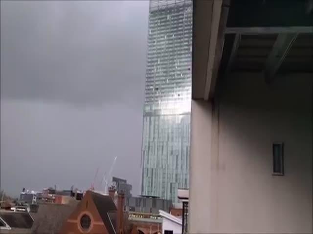 «Свистящий» небоскреб в Манчестере