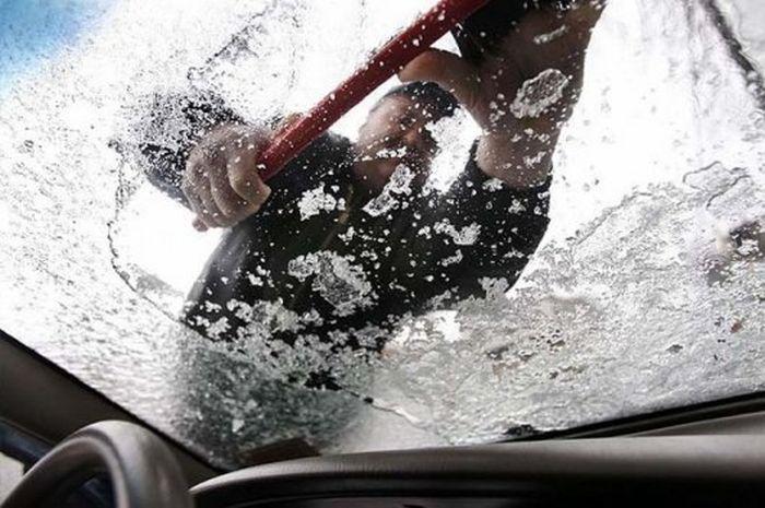 Как быстро избавиться ото льда на лобовом стекле (2 фото + видео)