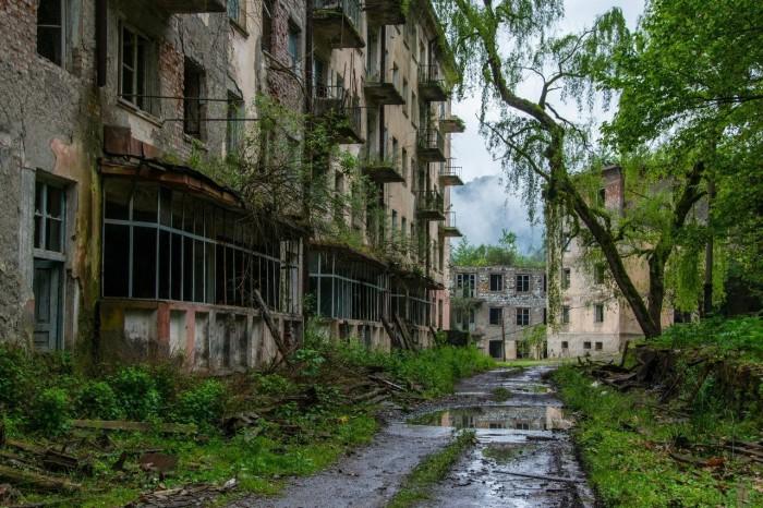 Ткварчели - город во власти природы (26 фото)