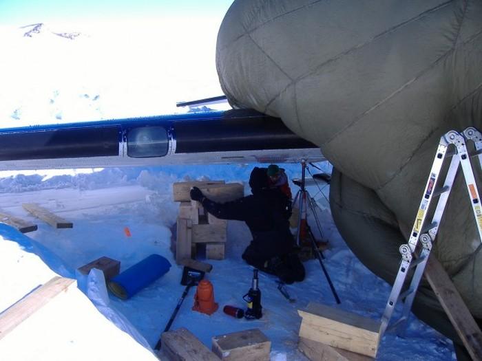 Фотоотчет о ремонте самолета в условиях Антарктики (41 фото)