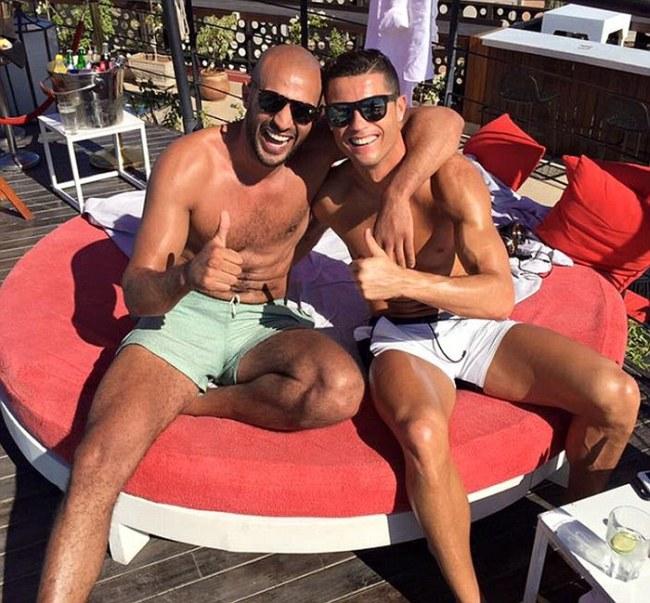 Зарубежные СМИ подозревают Криштиану Роналду в гомосексуальных отношениях с кикбоксером Бадром Хари (3 фото)