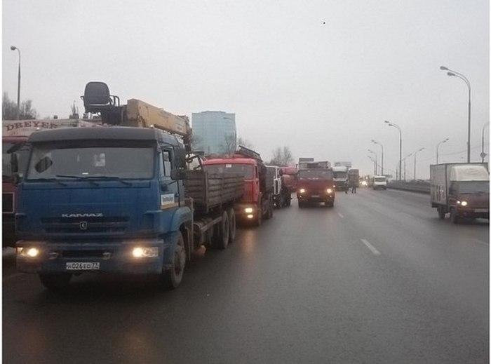 Дальнобойщики блокировали движение по МКАДу (фото + видео)