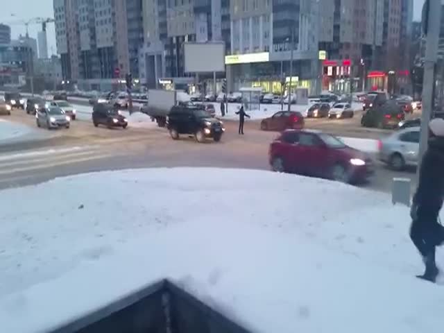 В Екатеринбурге парень регулирует дорожное движение