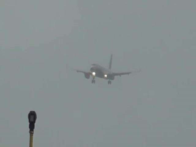 Из-за сильного ветра самолет буквально завис в воздухе