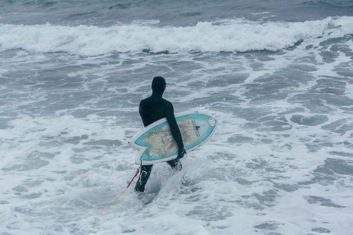 Во Владивостоке парень решил напомнить себе о лете и занялся серфингом в декабре (4 фото)