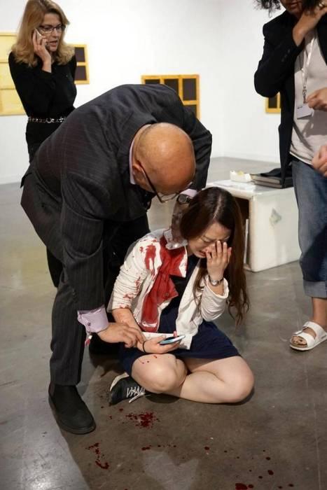 Посетители выставки современного искусства в Майами приняли поножовщину кураторов за перформанс (4 фото)
