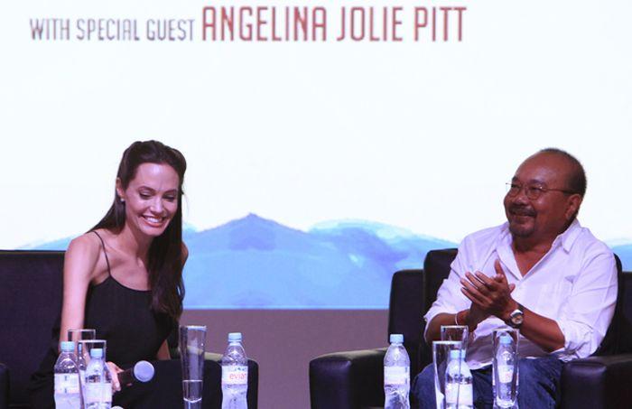 Анджелина Джоли вновь обеспокоила поклонников своей худобой (6 фото)