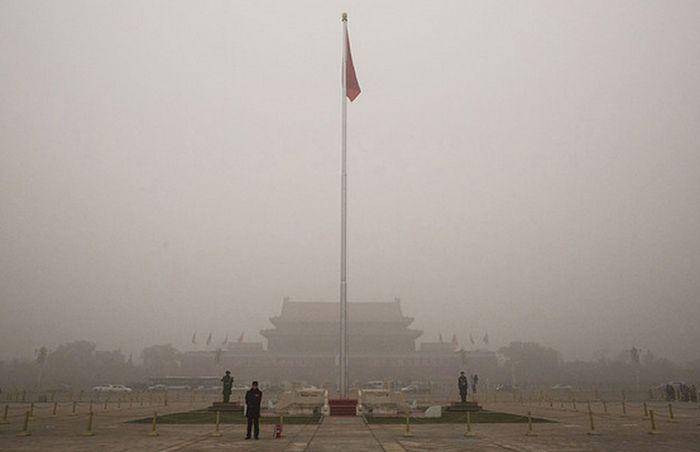 В Пекине объявили максимальный («красный») уровень загрязнения воздуха (10 фото)