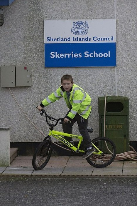 Арон Андерсон - самый одинокий школьник Великобритании (13 фото)