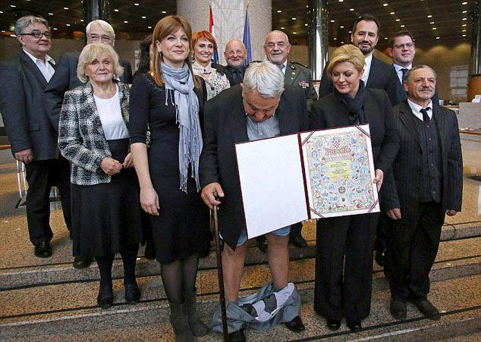Хорватский правозащитник потерял штаны на церемонии вручения президентской грамоты (3 фото)