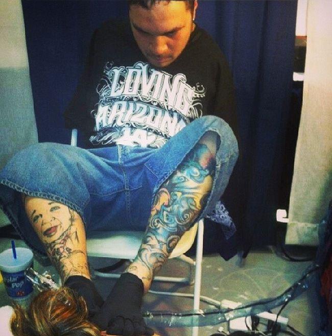 Безрукий тату-мастер Брайан Тагалог набивает татуировки при помощи ног (7 фото + видео)