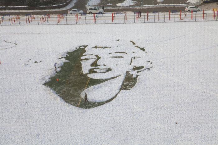 На стадионе китайского университета появился большой снежный портрет Мэрилин Монро (5 фото)