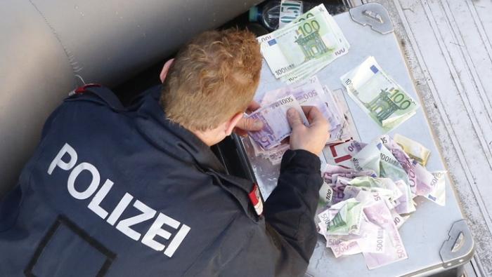 Житель Вены выловил из Дуная 100 000 евро (7 фото)