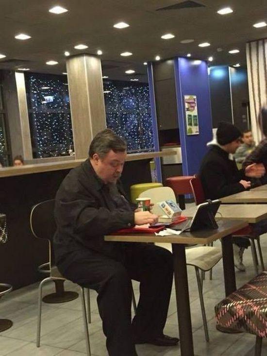 Протоирея Всеволода Чаплина, главного спикера РПЦ, заметили ужинающим в «Макдональдсе» во время поста (2 фото)
