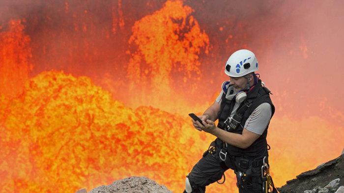 Американский альпинист Ник Халик спустился в кратер активного вулкана Амбрим, чтобы сделать эффектное селфи (4 фото)