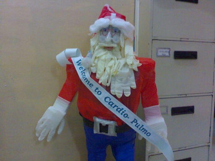 Оригинальные рождественские и новогодние украшения от врачей (20 фото)