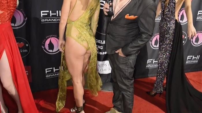 Модель Playboy Линдси Пелас в откровенном платье на модном показе Art Hearts FW Red Carpet (7 фото)
