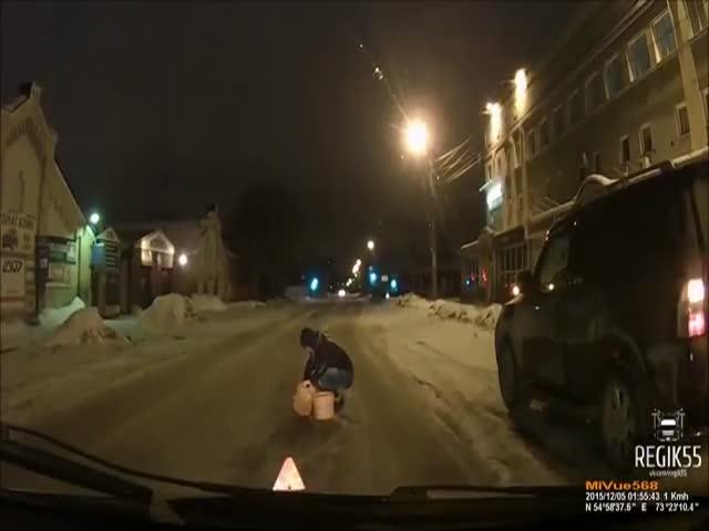 В Омске девушка-водитель решила сама заделать большую яму на дороге