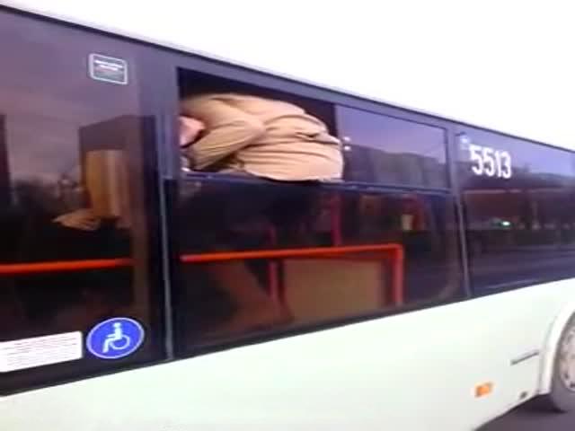 Минчанка выпрыгнула из троллейбуса через окно