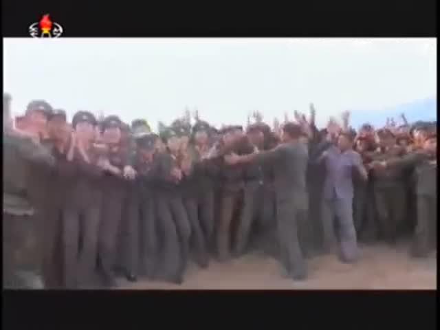 Военнослужащие Северной Кореи приветствуют Ким Чен Ына