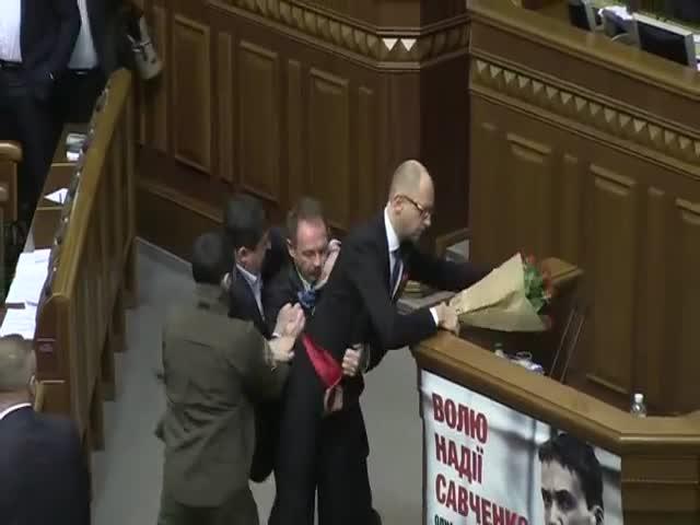 Драка в Верховной Раде Украины: депутат Олег Барна напал на премьера Арсения Яценюка
