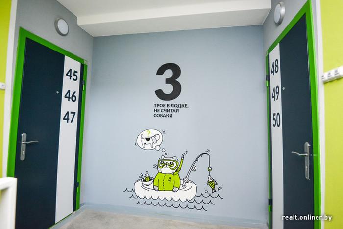 На стенах подъездов белорусской новостройки «поселился» забавный кот по кличке Борис (21 фото)