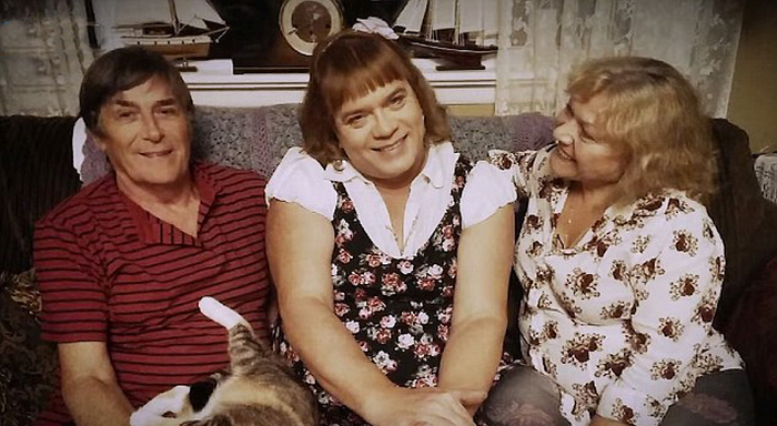 52-летний мужчина оставил семью, чтобы жить жизнью маленькой девочки (11 фото)